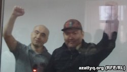 Гражданские активисты Макс Бокаев (слева) и Талгат Аян после оглашения им приговора. Атырау, 28 ноября 2016 года.