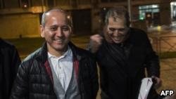 Бывший банкир и оппозиционный политик Мухтар Аблязов (слева) после освобождения из тюрьмы Флёри-Мерожи под Парижем. 9 декабря 2016 года.