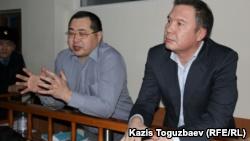 """Обвиняемые в """"разжигании розни"""" активисты Ермек Нарымбаев (слева) и Серикжан Мамбеталин. Алматы, 5 января 2016 года."""
