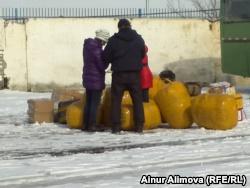 После прохождения таможенного досмотра к торговцам подходят мужчины в гражданской одежде с некими «списками». Алматинская область, 25 февраля 2013 года.