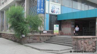Еще в середине июня здесь был газетный киоск. Алма-Ата