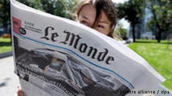 Девушка читает Le Monde