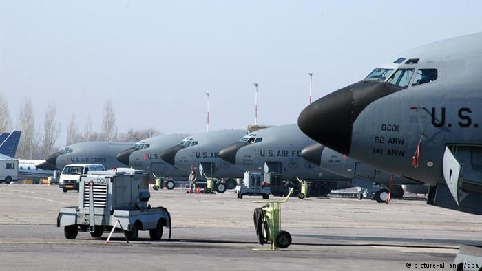 Американские самолеты на военной база в Манасе, Киргизия