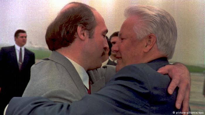 Президенты Беларуси и России Александр Лукашенко и Борис Ельцин, фото из архива, 1995 год