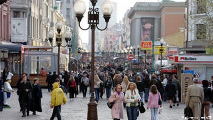 Пешеходы на Старом Арбате в Москве